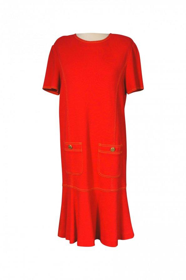 שמלה אדומה מלמלה בתחתית כיסים וכפתורי זהב 1