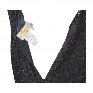 שמלת מקסי שחורה עם פייטים מזהב בחזה 3