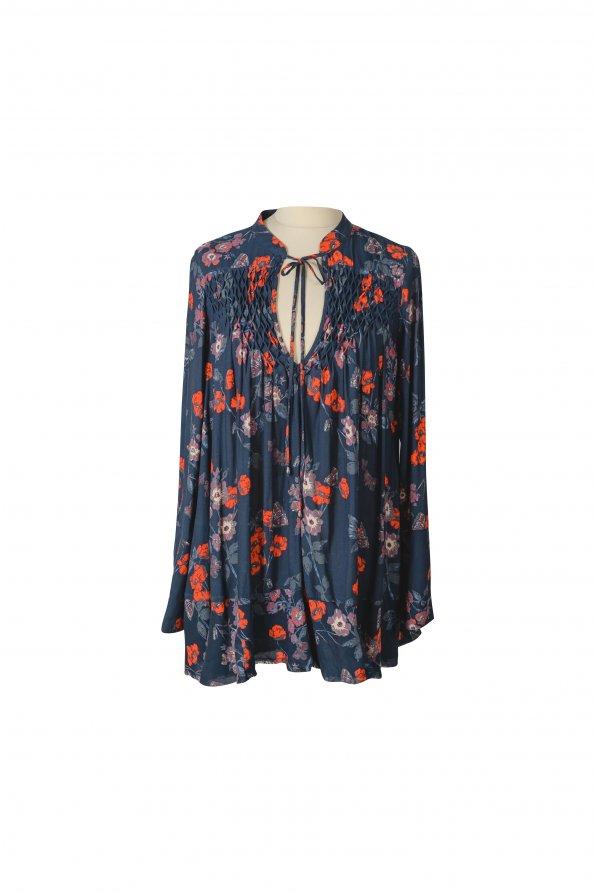 חולצת שרוולים כחולה עם פרחים אדומים 1