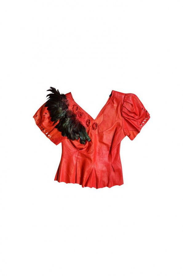 חולצה עור אדומה עם נוצות שחורות בכתפיים 1