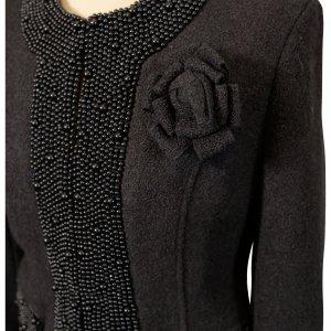 ג'קט מחוייט צמר שחור עם חרוזים שחורים ופרח 5