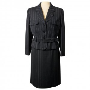 חצאית מחויטת שחור עם פסים לבנים דקים 2