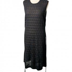 שמלת סריג שחורה עם קשירה 2
