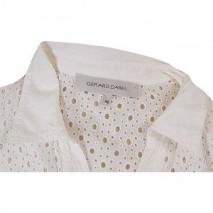 שמלה קצרה לבנה עם דוג תחרה וחורים כפתורי כסף 3