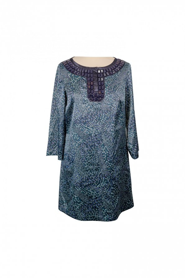 שמלה סאטן ירוקה עם הדפסים בטורקיז וירוק בהיר עם אבנים כחולות בצווארון 1