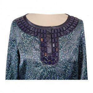 שמלה סאטן ירוקה עם הדפסים בטורקיז וירוק בהיר עם אבנים כחולות בצווארון 2