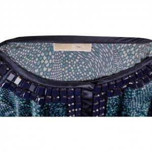 שמלה סאטן ירוקה עם הדפסים בטורקיז וירוק בהיר עם אבנים כחולות בצווארון 3