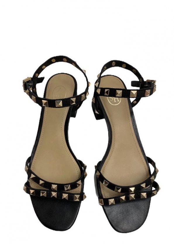 סנדלים שחורות עם עקב קטן וניטים בצבע זהב 1
