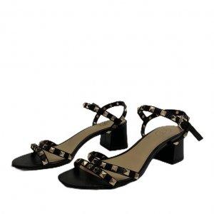 סנדלים שחורות עם עקב קטן וניטים בצבע זהב 2