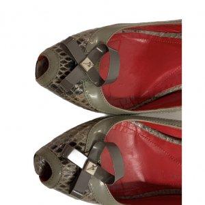 נעלי עקב עור נחש אפור עם פתח אצבע ופפיון 5