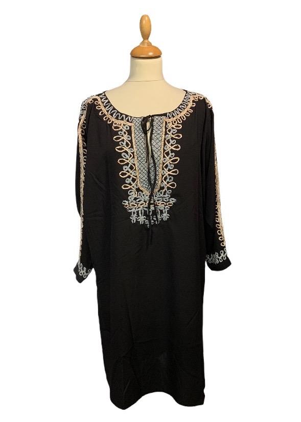 שמלה 3/4 שחורה עם עיטורי זהב וכסף בשרוולים ובחזה 1