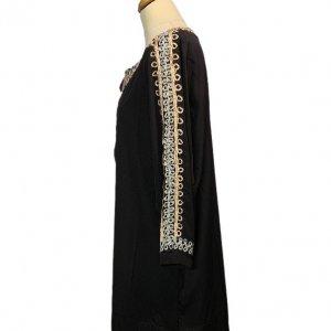 שמלה 3/4 שחורה עם עיטורי זהב וכסף בשרוולים ובחזה 3
