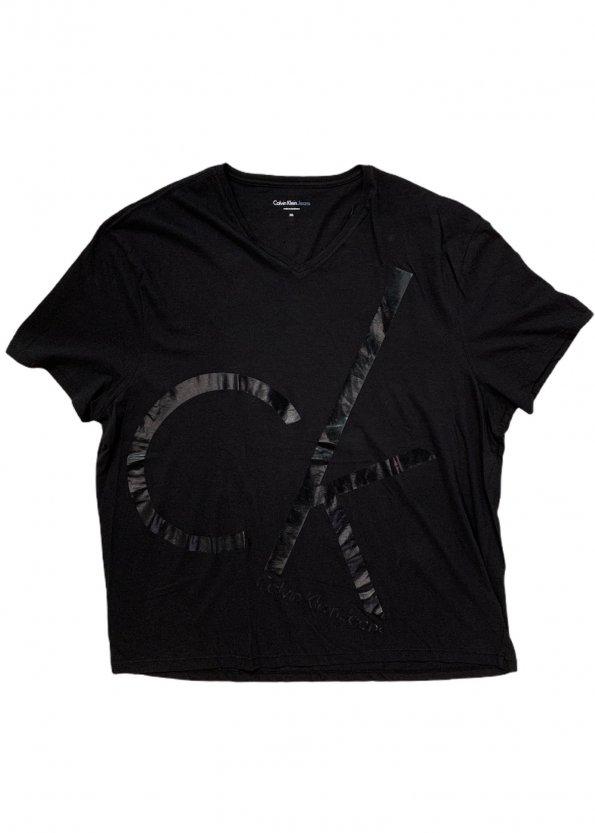 חולצה קצרה שחורה עם הדפסב ck בשחור גדול 1