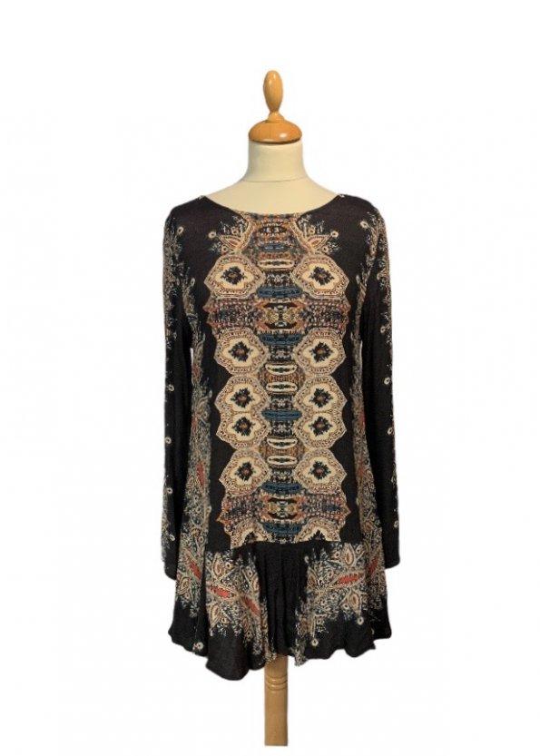 שמלה שחורה בסגנון אתני עם גב פתוח 1
