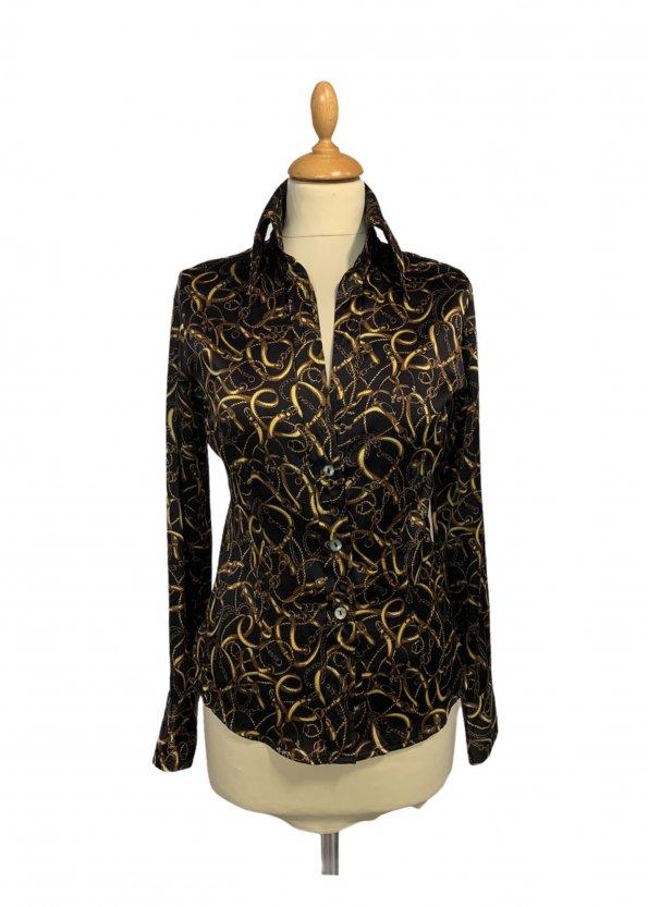 חולצה שחורה מכופתרת שרשראות זהב 1