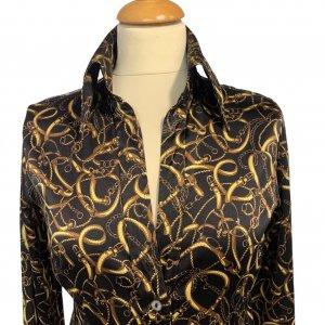 חולצה שחורה מכופתרת שרשראות זהב 3