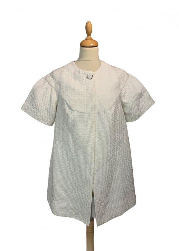 מעיל לבן אוברסייז עם שרוולים קצרים 1