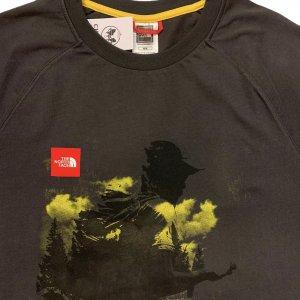 טי שירט עם ציור שחור ושפריצים צהובים - The North Face 3