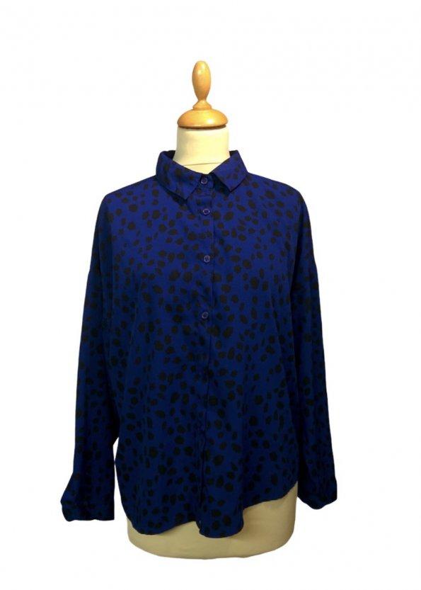 חולצה ארוכה מכופתרת כחולה עם הדפסי עלים בשחור 1