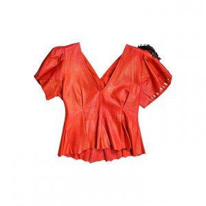 חולצה עור אדומה עם נוצות שחורות בכתפיים 2