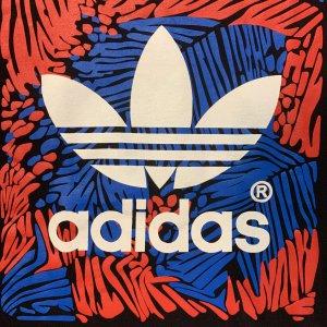 טי שירט שחורה עם סמל באמצע וריבוע בצבע אדום כחול - Adidas 3