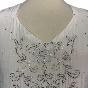 שמלת גלביה ממשי בצבע שמנת עם עיטורים נוצצים 4