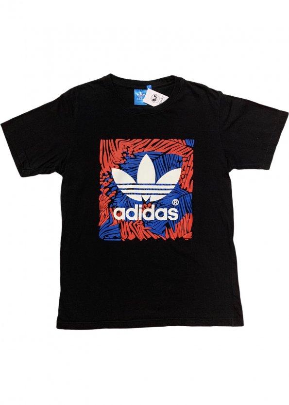 טי שירט שחורה עם סמל באמצע וריבוע בצבע אדום כחול - Adidas 1