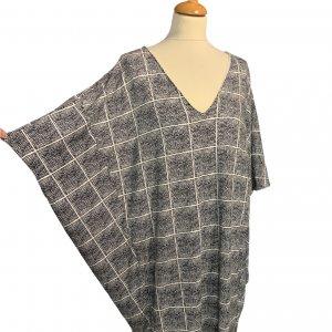 שמלת עטלף לבנה ריבועים מנקודות שחורות - BELLA LUXX 3