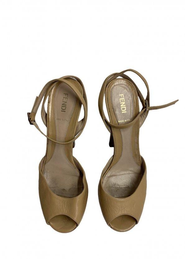 נעלי עקב עם פלטפורמה מעץ עור בצבע בז׳ FENDI 1