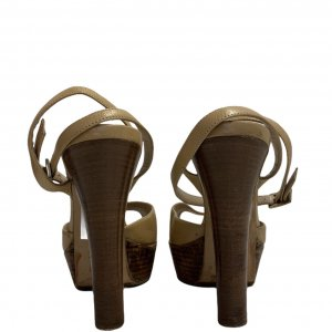 נעלי עקב עם פלטפורמה מעץ עור בצבע בז׳ FENDI 4