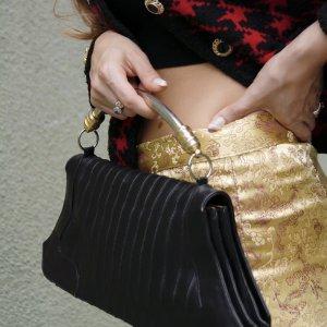 תיק קלאץ עור שחור עם ידית מתכת כסף וזהב 3
