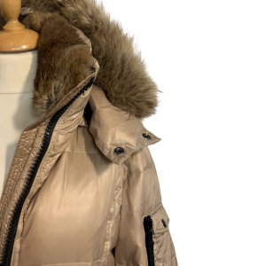 מעיל פוך בגוון זהב עם צווארון נשלף וכובע צמרירי - SAM 5