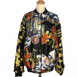 ג׳קט דו צדדי שחור צד 1. צד 2 בד שיפון עם ציורים ואיורים צבעוניים (פרחים מקדימה, שלשלאות זהב בשרוולים, ילדה מחזיקה כלב בגב) מסגרת בד שחורה 4