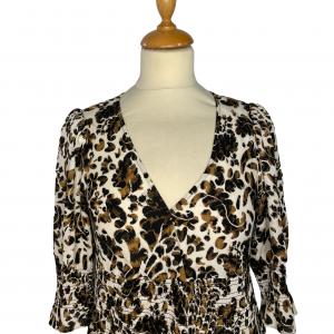 שמלת מקסי שרוול קצר בצבע שמנת עיטורים בגוון חום שחור וכיווץ במותן ובתחילת השרוול diane von furstenberg 2