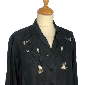 חולצת משי שחורה עם רקמות שחורות וינטג׳ 3