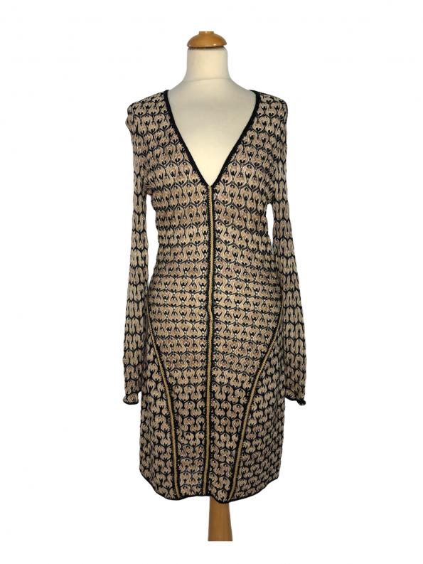 שמלת שרוול ארוך מבד טיפה רשתי סריגה בצורת גלים גיאומטריים בולטים בצבע שמנת בז׳ וכחול כהה. צווארון v תפרי זהב באזור המותן ומהחזה מטה missoni 1