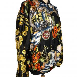 ג׳קט דו צדדי שחור צד 1. צד 2 בד שיפון עם ציורים ואיורים צבעוניים (פרחים מקדימה, שלשלאות זהב בשרוולים, ילדה מחזיקה כלב בגב) מסגרת בד שחורה 6