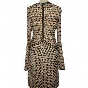 שמלת שרוול ארוך מבד טיפה רשתי סריגה בצורת גלים גיאומטריים בולטים בצבע שמנת בז׳ וכחול כהה. צווארון v תפרי זהב באזור המותן ומהחזה מטה missoni 2