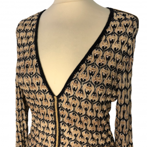 שמלת שרוול ארוך מבד טיפה רשתי סריגה בצורת גלים גיאומטריים בולטים בצבע שמנת בז׳ וכחול כהה. צווארון v תפרי זהב באזור המותן ומהחזה מטה missoni 4