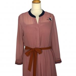 שמלת מקסי שרוול ארוך מבד שיפון ורוד עתיק עם עגור תפור מצד שמאל בכתף חגורת מותן בצבע כתום ted&baker 3