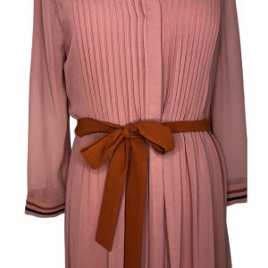 שמלת מקסי שרוול ארוך מבד שיפון ורוד עתיק עם עגור תפור מצד שמאל בכתף חגורת מותן בצבע כתום ted&baker 4