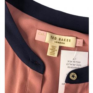 שמלת מקסי שרוול ארוך מבד שיפון ורוד עתיק עם עגור תפור מצד שמאל בכתף חגורת מותן בצבע כתום ted&baker 5