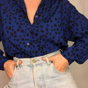חולצה ארוכה מכופתרת כחולה עם הדפסי עלים בשחור 2