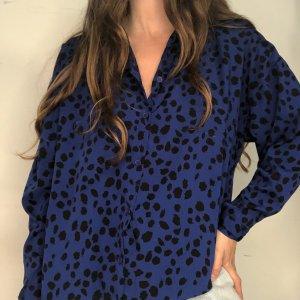 חולצה ארוכה מכופתרת כחולה עם הדפסי עלים בשחור 3