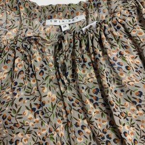 חולצת בוהו שקופה בצבע חום עם פירות ופרחים - TWIN-SET 8