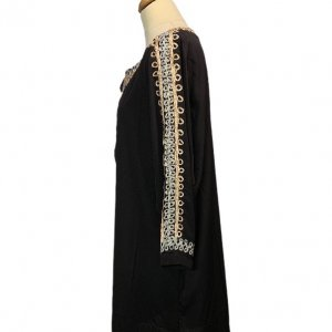 גלבייה שחורה עם עיטורים בצבע ורוד ותכלת של חברת - Gallabia 3