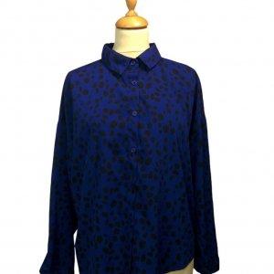 חולצה ארוכה מכופתרת כחולה עם הדפסי עלים בשחור 4