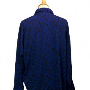 חולצה ארוכה מכופתרת כחולה עם הדפסי עלים בשחור 5