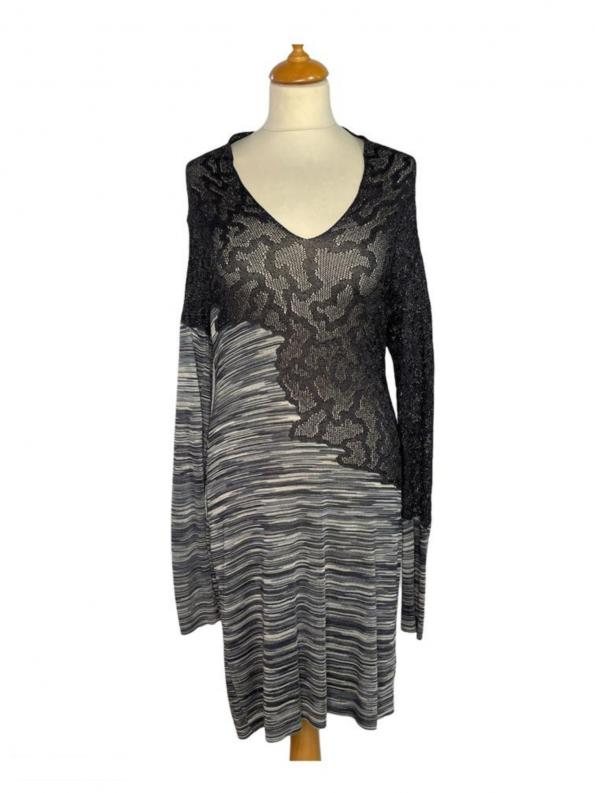 שמלת שרוול ארוך מבד טיפה רשתי בחלק העליון בצבע אפור כסוף. בחלק התחתון מבד פסים בגוונים של אפור. צווארון פתוח v missoni 1