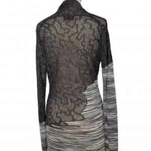 שמלת שרוול ארוך מבד טיפה רשתי בחלק העליון בצבע אפור כסוף. בחלק התחתון מבד פסים בגוונים של אפור. צווארון פתוח v missoni 2